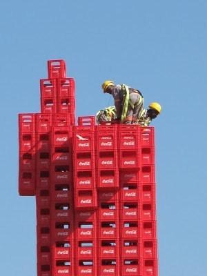 تمثال عملاق مصنوع من 2500 صندوق كوكاكولا